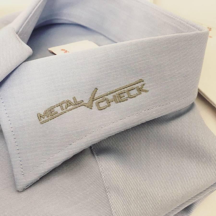 firmenkleidung mit logo am kragen