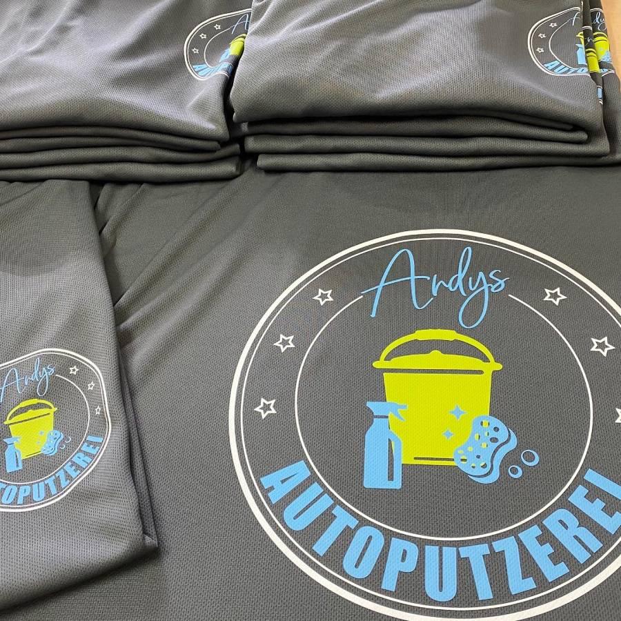 firmenkleidung mit logo groß